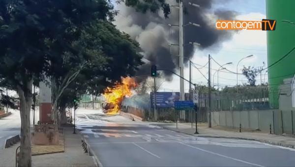 Carreta pega fogo e interdita trânsito em Contagem
