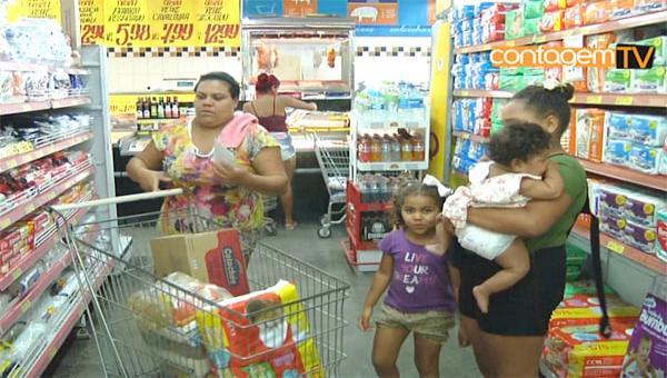 Famílias carentes recebem cartões vale alimentação