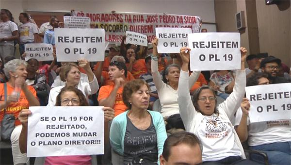 Populares lotam Câmara Municipal de Contagem