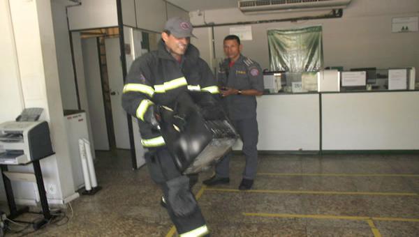Incêndio em computador, fumaça e muita correria