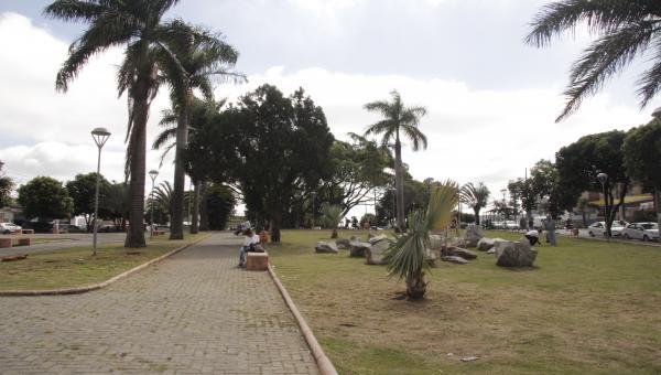 Praça vira campo de guerra, em Contagem