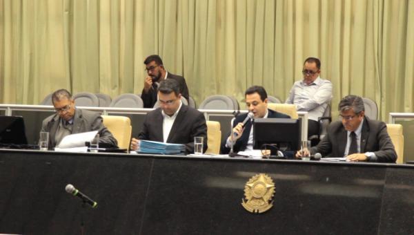 Legislativo aprova orçamento e doações antes do recesso