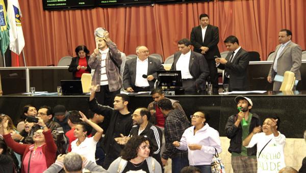 Servidores públicos de Contagem voltam a ocupar a Câmara Municipal