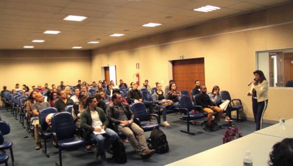 Estudantes participam de debate com profissionais