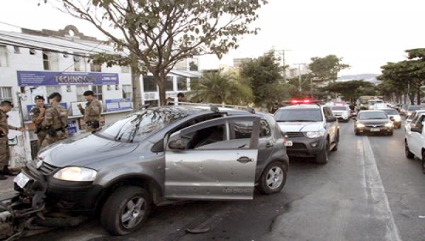 Suspeitos trocam tiros com a PM em Contagem