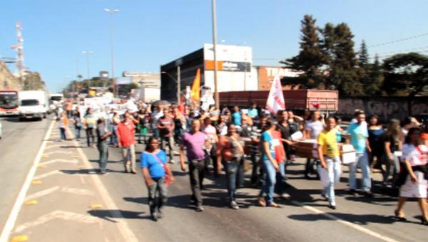 Servidores da educação e da saúde de Contagem protestam