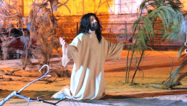 Fiéis se emocionam com Jesus crucificado