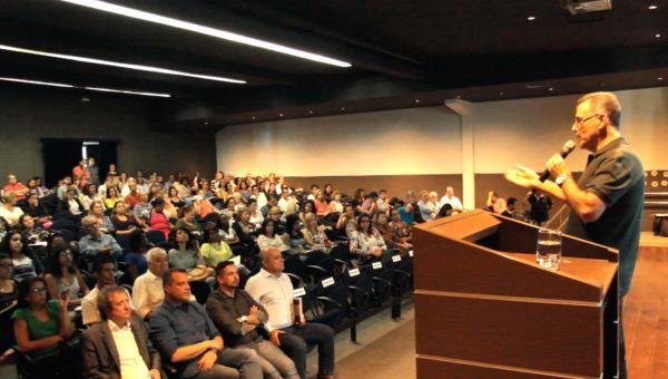 Prefeito anuncia planos para a educação e analisa os 100 dias de governo