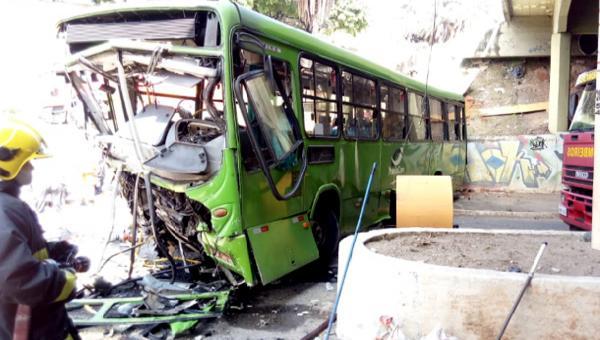 Motorista tem mal súbito e ônibus despenca de viaduto